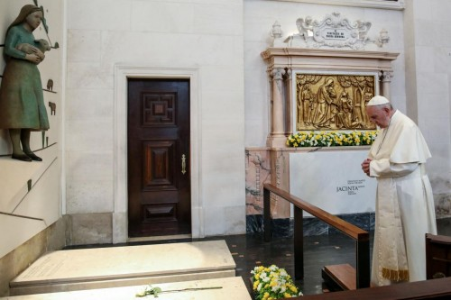 Papa Francisco no túmulo de Jacinta, em Fátima Foto: Lusa via Agência Ecclesia