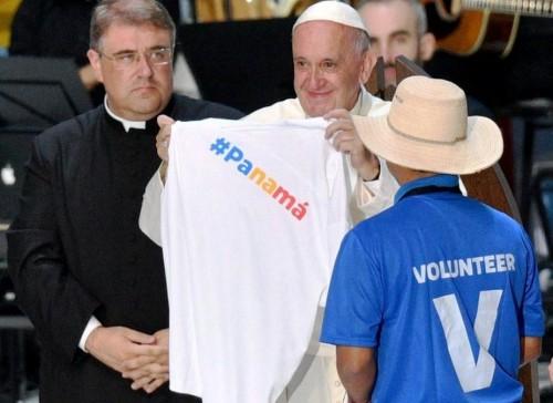 Papa-e-voluntários_Panamá